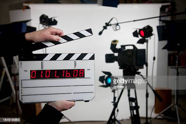blank time code movie slate on set - filmen stockfoto's en -beelden