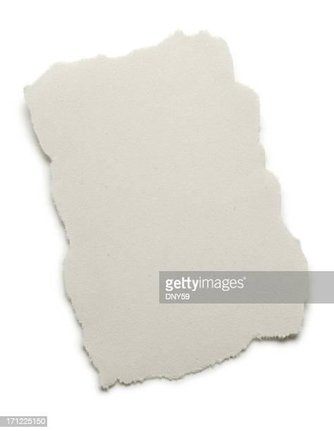 Blank déchiré pièce de newsprint sur fond blanc