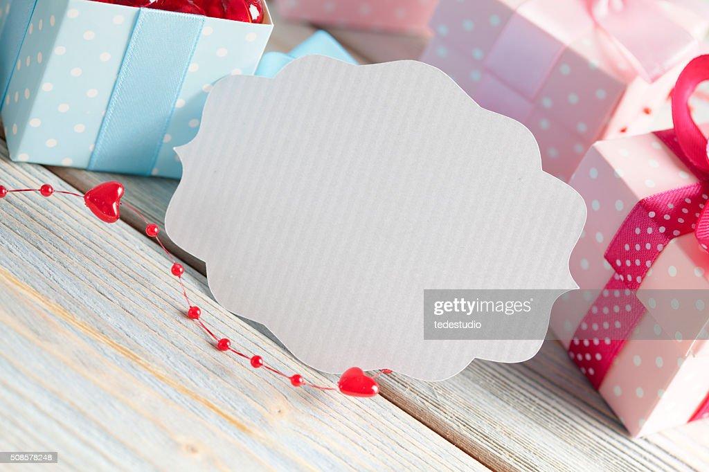 Leere weiß Etikett und bunten Geschenk-Boxen : Stock-Foto