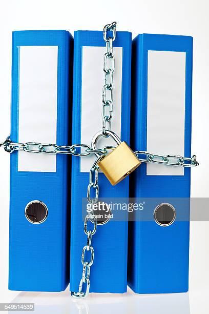 blaue Aktenordner mit Kette und Vorhangschloss verschlossen Datenschutz und Datensicherheit