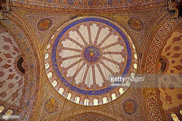 Blaue Moschee Gebetssaal mit gigantischer Kuppel TUERKEI Istanbul 062011