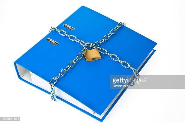 blauer Aktenordner mit Kette und Vorhängeschloss verschlossen Datenschutz und Datensicherheit