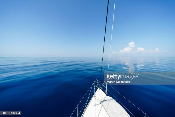 Blauer Himmel und blauer Horizont verschwimmen - Blick von Segelboot