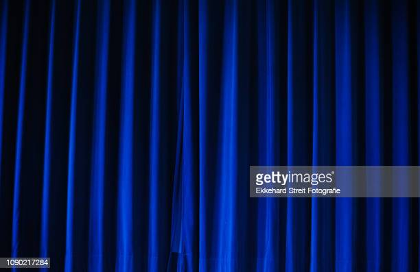 blauer vorhang - uitvoerende kunst voorstelling stockfoto's en -beelden
