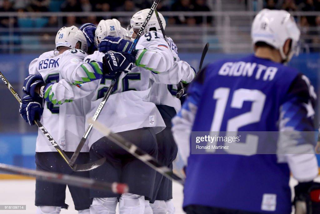 Ice Hockey - Winter Olympics Day 5 - United States v Slovenia : Foto di attualità