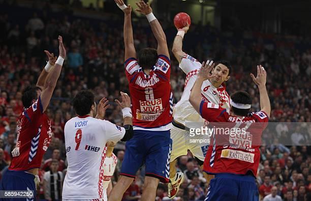 Blazenko LACKOVIC wirft auf Igor VORI , Nikola MANOJLOVIC und Bojan BELJANSKI Handball Männer Europameisterschaft 2012 Halbfinale : Serbien -...