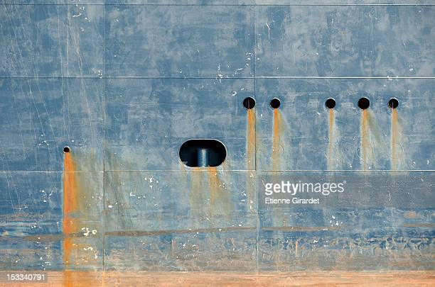 bleeding rust from hull of tank ship - rust colored - fotografias e filmes do acervo