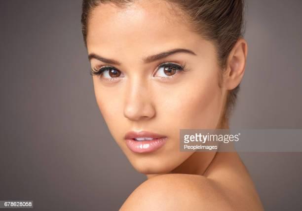 smet gratis huid is mooie huid - omkijken stockfoto's en -beelden