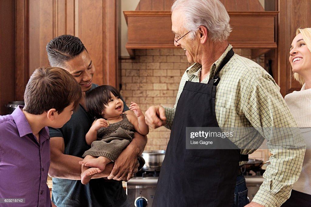 Blended Family preparing thanksgiving dinner together : Foto de stock