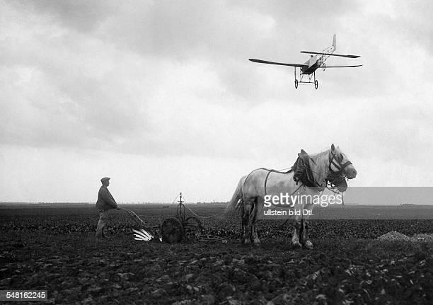 Bleriot Louis *01071872 Luftfahrtpionier Flugzeugkonstrukteur Frankreich hier ueber Etampes bei Orleans in seinem Monoplane No 11