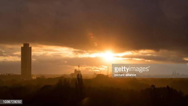 Blick am auf Nürnberg in der Abendsonne nach einem Regenschauer. Links ist der Business Tower Nürnberg zu erkennen und in der Mitte am Horizont der...