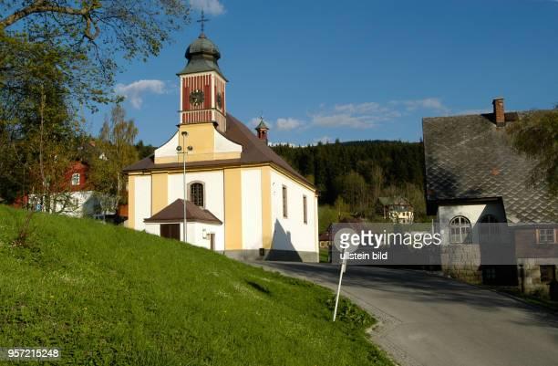 Blick am auf die Kirche von Spindleruv Mlyn an der Elbe im tschechischen Riesengebirge einem beliebten Erholungsort Das Riesengebirge in Tschechien...
