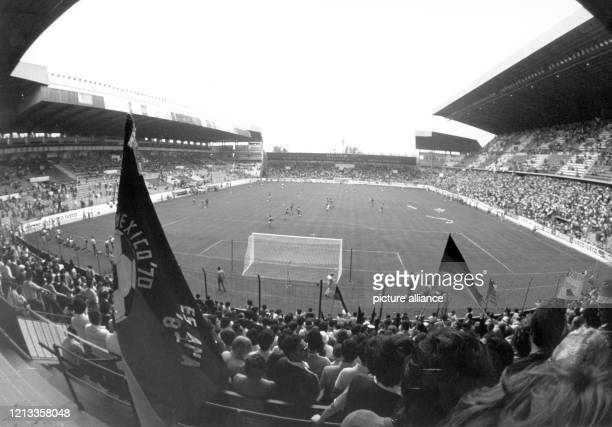 Blick am in das Molinon-Stadion von Gijon, wo die deutsche Fußballnationalmannschaft beim WM-Turnier in Spanien gegen den Außenseiter Algerien zum...