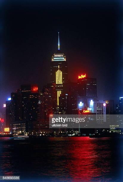 Blick auf Central Plaza derzweithöchste Wolkenkratzer Asiens Nachtaufnahme 1997