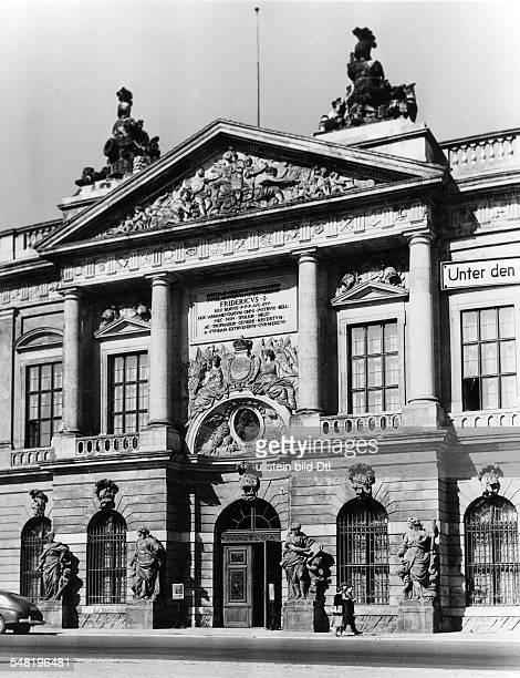 Blick auf das Eingangsportal des von der DDR als 'Museum für Deutsche Geschichte' genutzte Zeughaus 'Unter den Linden' 1959