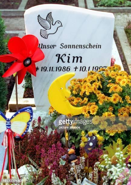 Blick auf das Grab der im Januar 1997 ermordeten Kim Kerkow , das mit Blumen und Kinderspielzeug geschmückt ist. Zu lebenslanger Haft wegen Mordes...