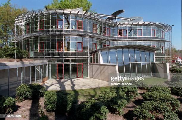 Blick auf das ökologische HighTechGebäude der Deutschen Bundesstiftung Umwelt Während der 18monatigen Bauphase verschlang das aus RecyclingBeton...