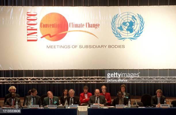 Blick auf das Podium bei der Bonner UNKlimaschutzkonferenz die am in der Bonner Beethovenhalle über die Veringerung der klimaschädlichen...