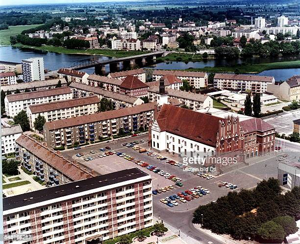 Blick auf das Stadtzentrum , i.d.M. Das Rathaus. Im Hintergrund die polnische Stadt Slubice