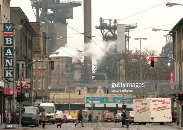 Blick auf das Stahlwerk Bruckhausen am 521997 im Duisburger Stadtteil Beek Die Stahlhochburg hat mit einer Quote von über 17 Prozent die höchste...