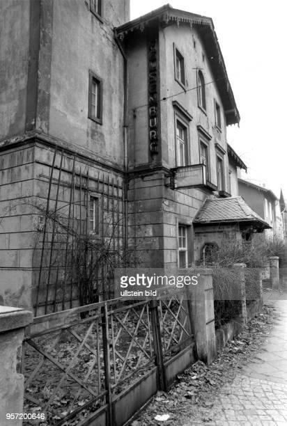 Blick auf das verfallene Hotel Felsenburg am Rißweg 68 in Dresden aufgenommen 1989 In den Zwanziger Jahren anvancierte die Pension zum bekannten...