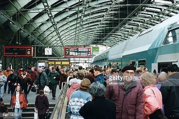 Blick auf den Bahnsteig der voller Menschen ist 1995