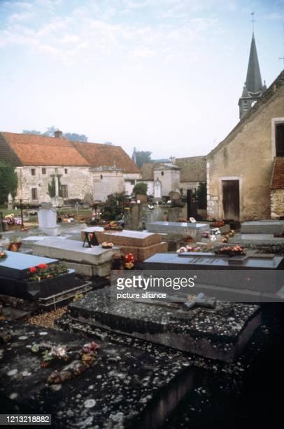 Blick auf den Friedhof von BoissysansAvoir wo die österreichische Schauspielerin Romy Schneider beigesetzt wurde Schon als 17jährige hatte sie in der...