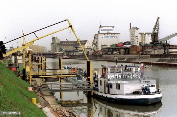 Blick auf den Hanauer Mainhafen am 1281999 der vom 2022August sein 75jähriges Bestehen feiert Mit einem Jahresumschlag von 24 Millionen Tonnen zählt...