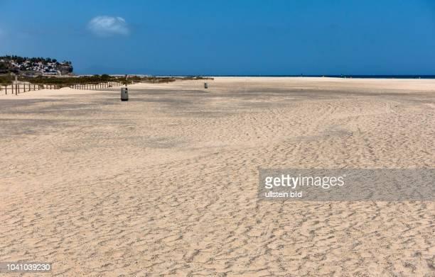 Blick auf den Strand in der Naehe von Morro Jable auf der kanarischen Insel Fuerteventura in Spanien.