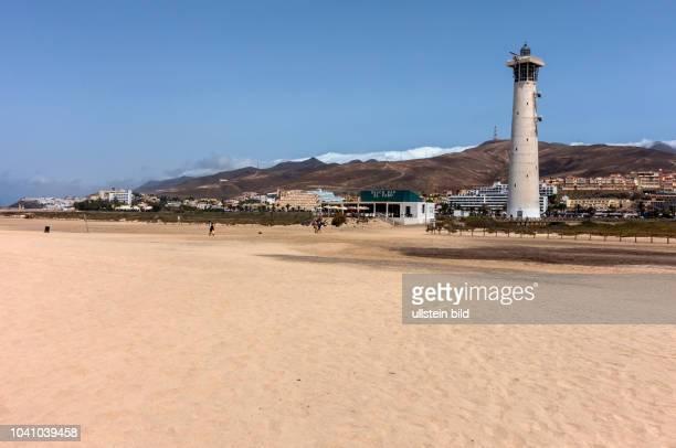 Blick auf den Strand und den Leuchtturm in der Naehe von Morro Jable auf der kanarischen Insel Fuerteventura in Spanien.