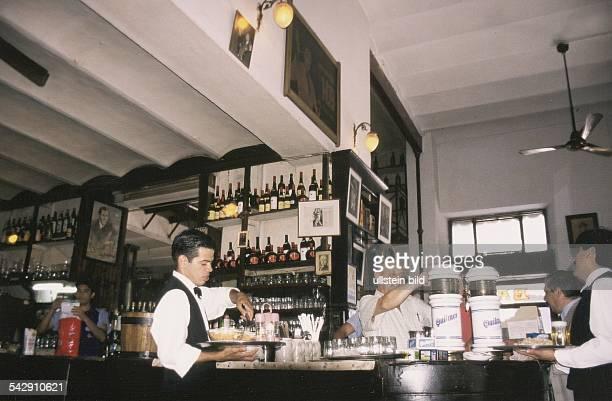 Blick auf den Thekenbereich einer Kneipe im Stadtteil San Telmo in der argentinischen Hauptstadt Buenos Aires Der Wirt steht hinter der Theke und...