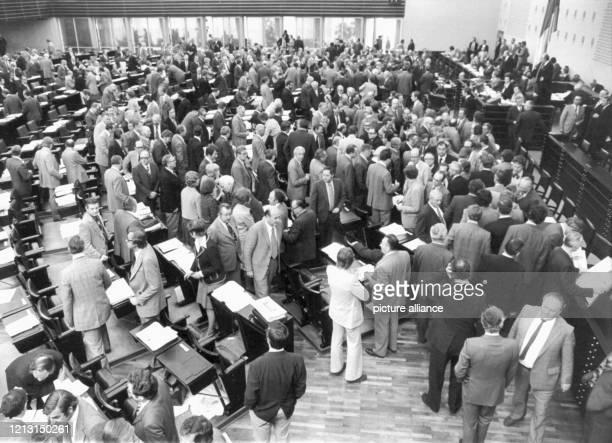 Blick auf die Abgeordneten während der Stimmabgabe. Der Deutsche Bundestag billigt am 26. April 1974 mit einer knappen Mehrheit von 247 zu 233...