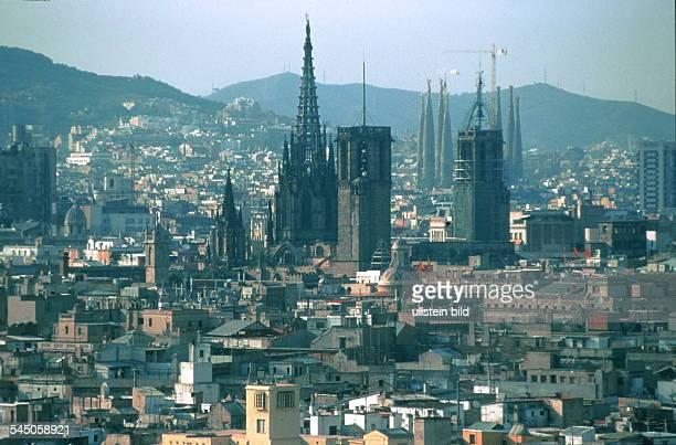 Blick auf die Altstadt Ciutat Vellamit der gotischen Kathedrale, der KircheSanta Maria del Pi und den Türmen derSagrada Familia - 1999