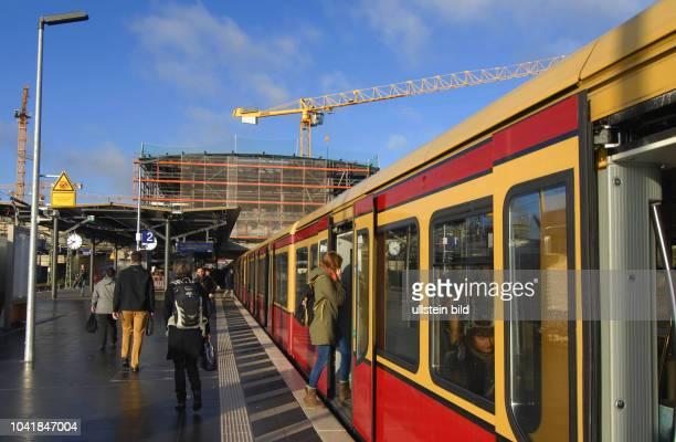 Blick auf die Baustelle Umbau SBahnhof Warschauer Strasse Montage der neuen Empfangshalle sind in vollem Gange Ab August 2017 wird der neue Bahnsteig...