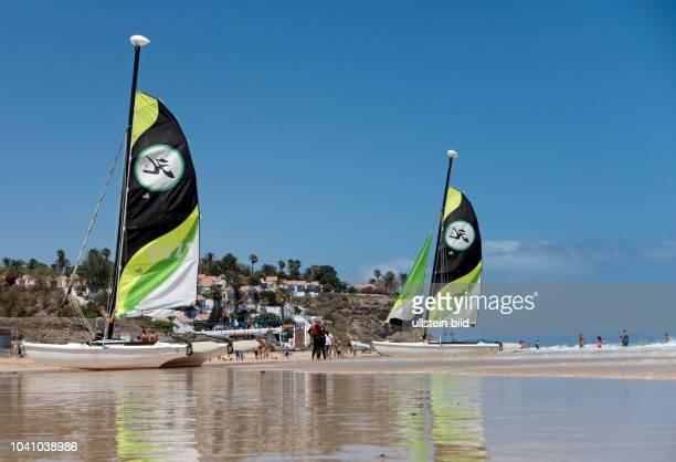 Blick auf die Bungalowanlage im Clubhotel Aldiana, vor deren Renovierung, sowie Kitesurfer am Strand in der Naehe von Morro Jable auf der kanarischen...