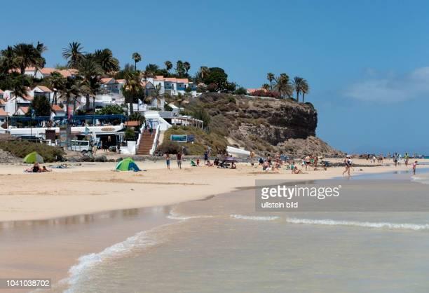 Blick auf die Bungalowanlage im Clubhotel Aldiana vor deren Renovierung und den Strand in der Naehe von Morro Jable auf der kanarischen Insel...