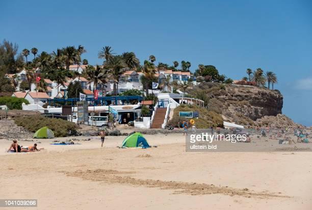 Blick auf die Bungalowanlage im Clubhotel Aldiana, vor deren Renovierung, und den Strand in der Naehe von Morro Jable auf der kanarischen Insel...