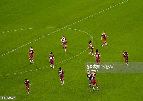 Blick auf die Elf Bayernspieler waehrend dem Fussball Bundesliga Spiel FC Bayern Muenchen gegen VFL Wolfsburg am 1 Spieltag der Saison 2014/2015 in...