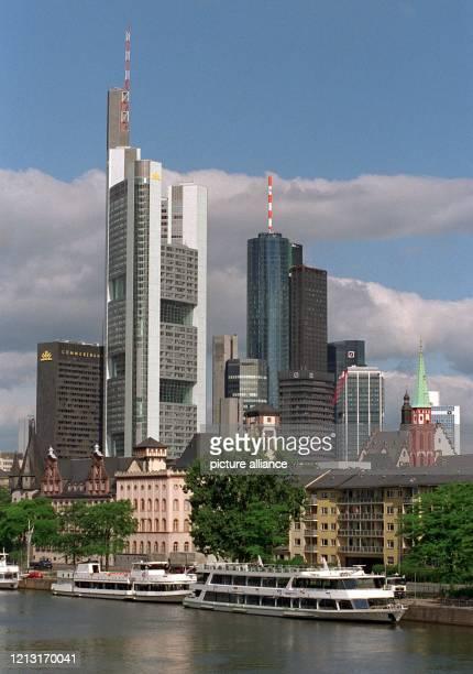 Blick auf die Frankfurter Skyline am 1861999 mit dem Main im Vordergrund das alte Bürogebäude der Commerzbank der neue CommerzbankTower die...