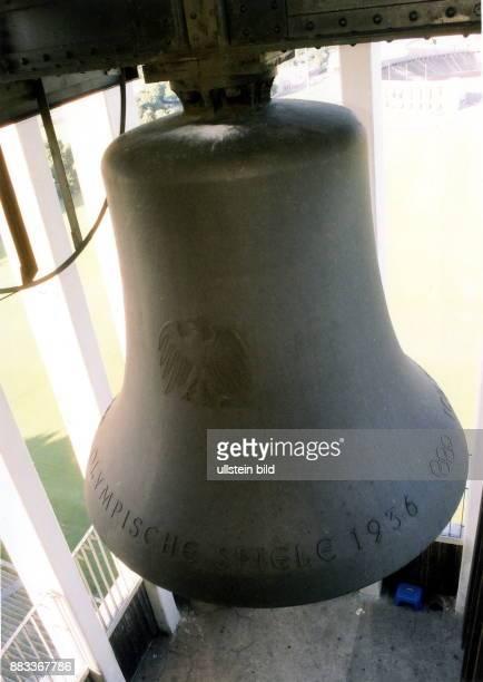 Blick auf die Glocke im Glockenturm im Bild die Inschrift 'Olympische Spiele 1936' 1999