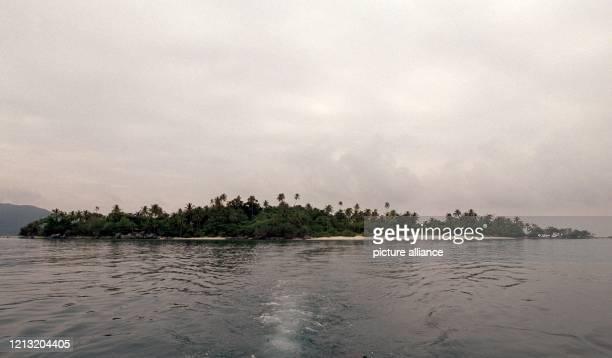 Blick auf die kleine Insel Simbang im Südosten Malaysias auf der die Teilnehmer der SAT1AbenteuerShow Das Inselduell vom 3 Juli an um den Sieg...