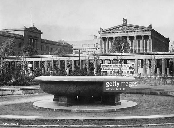 Blick auf die Nationalgalerie und das Neue Museum im Hintergrund dasPergamonMuseum im Vordergrund diegrosse Granitschale von Karl FriedrichSchinkel...