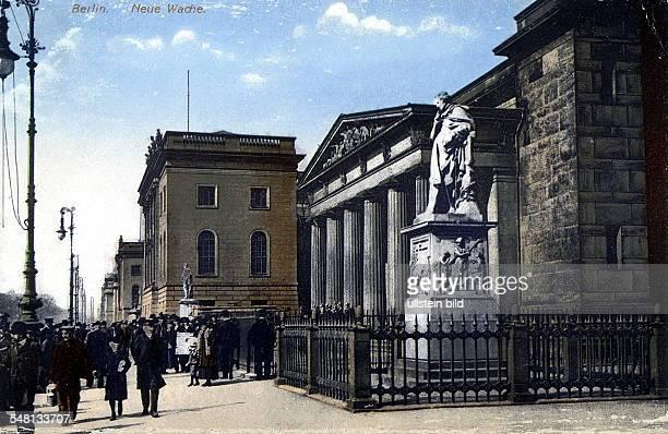 COL Blick auf die Neue Wache und einen Teil der HumboldtUniversität an der Strasse Unter den Linden 1816 18 von Karl Friedrich Schinkel erbaut im II...