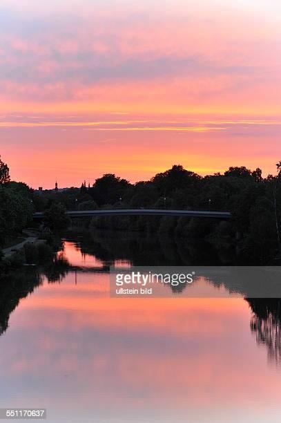 Blick auf die Römerbrücke während des Sonnenuntergangs in Saarbrücken