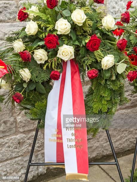 Blick auf die Schleifen und den Kranz des Thueringer Landtages waehrend der Gedenkfeierlichkeiten am Glockenturm anlaesslich des 71 Jahrestages der...