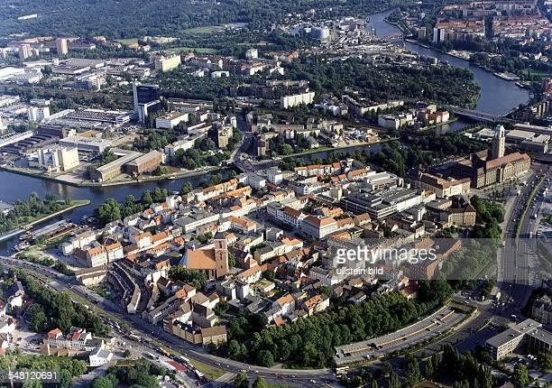 Blick auf die Spandauer Altstadt zwischen dem Altstädter Ring und der Havel rechts das Rathaus Spandau im Hintergrund des Bildes das Industriegebiet...