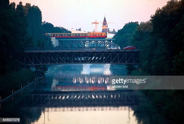 Blick auf die Teubertbrücke überdem Teltowkanal; im Hintergrund überquertein S-Bahn-Wagen eine weitere Brücke- ohne Jahr