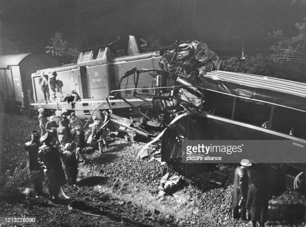 Blick auf die Unglücksstelle Bei dem bisher schwersten Bahnunglück der Nachkriegszeit in der Bundesrepublik sind 41 Schüler und fünf Erwachsene ums...