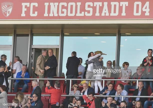 Blick auf die VIP Tribuene mit Vorstand Vorstandvorsitzender Peter Jackwerth und Geschaeftsfuehrer FC Ingolstadt Harald Gaertner jubeln nach dem Tor...