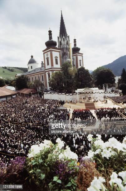 Blick auf die vor der Gnadenbasilika in Mariazell versammelten Gäubigen während der Messe Aus Anlass des 14 Katholikentages in Österreich besuchte...